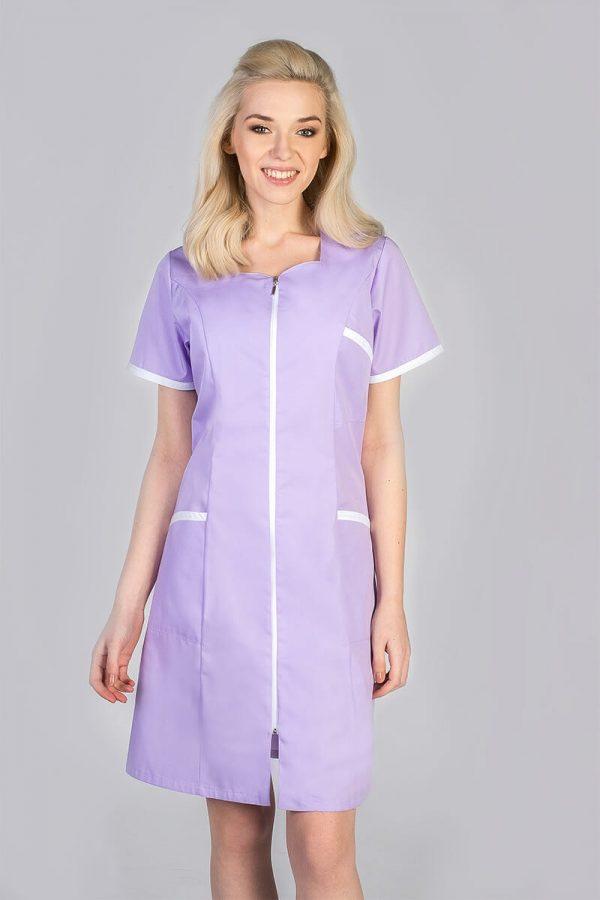 Kobieta ubrana we fioletowy fartuszek kosmetyczny