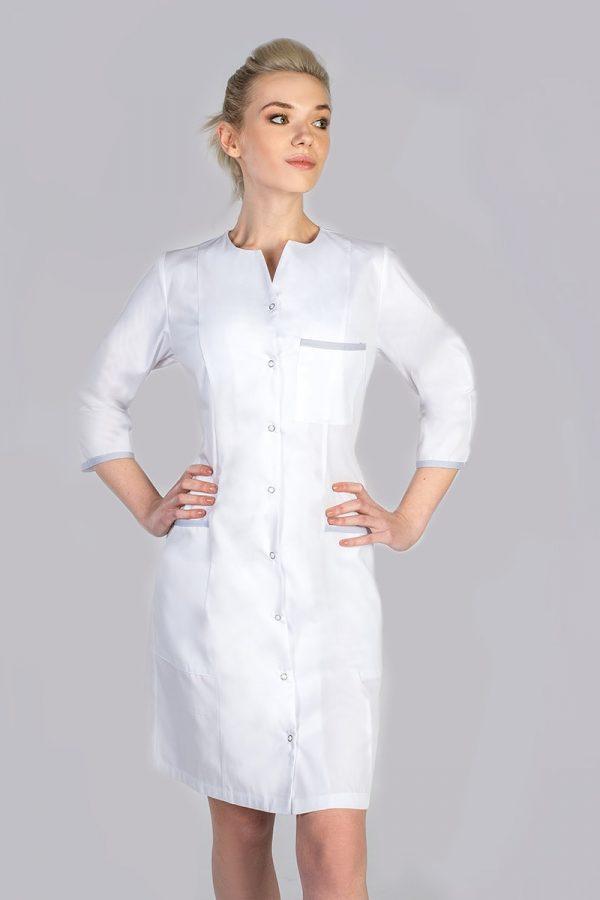 Kobieta ubrana w biały fartuch kosmetyczny